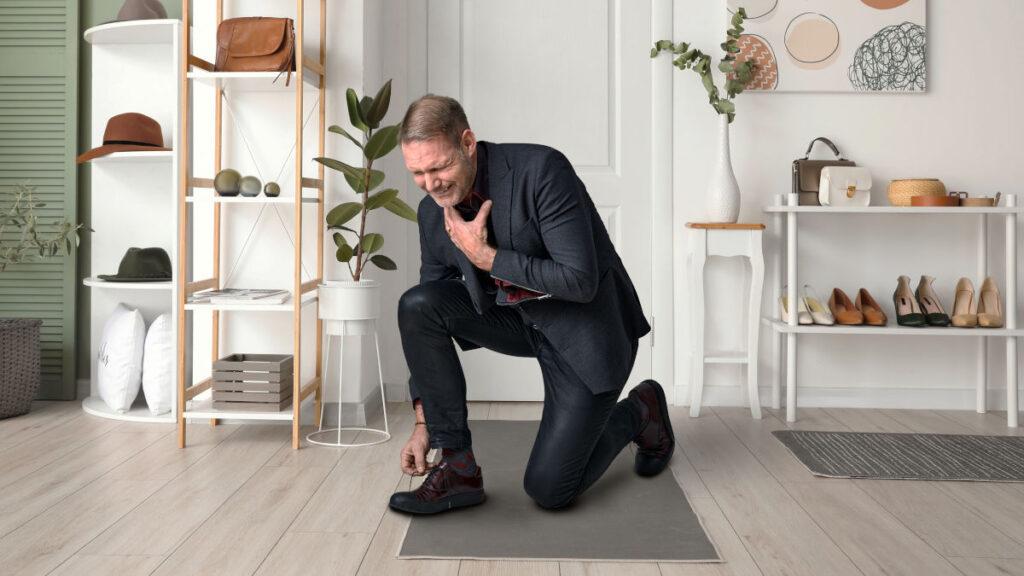 Symtom på diafragmabråck hos man som knyter skorna